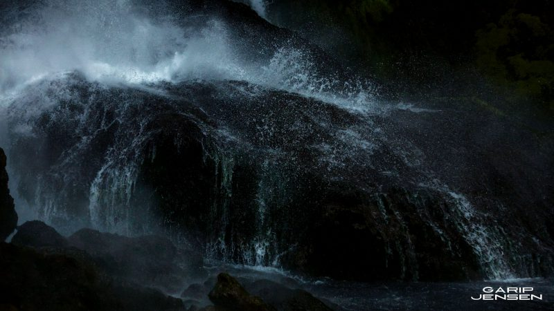 Iceland-powerful-waterfall-skogar-