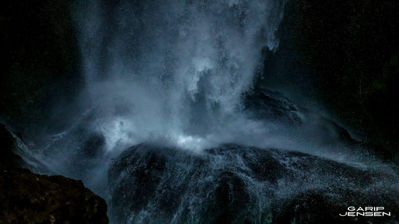 Iceland-powerful-waterfall-skogar